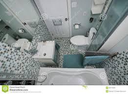 Piccolo bagno con la doccia bianca moderna. immagini stock libere