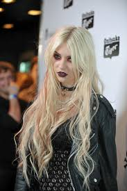 taylor momsen takes the red eye to