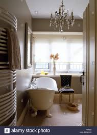 Freistehende Badewanne Und Kleine Kronleuchter In Einem