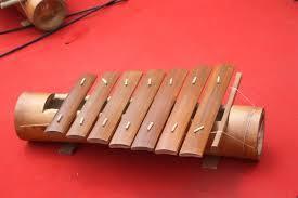 Alat musik tradisional ini adalah sebagai alat musik tradisional hiburan dan penghilang rasa jenuh bagi para wanita yang melakukan aktifitas menenun. 34 Provinsi Alat Musik Tradisional Dan Cara Memainkannya