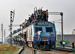 Podróż pociągiem – hinduski rytuał narodowy   14 pasażerów na metr -  Polityka.pl