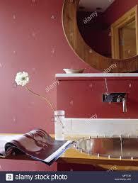 Badezimmer Rote Wände Holz Gerahmte Spiegel Modernes Waschbecken
