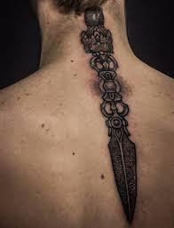 мужские и женские тату вдоль позвоночника