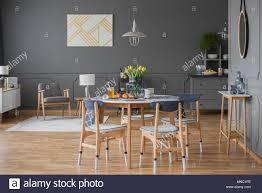 Geräumiges Esszimmer Mit Grauen Wand Tisch Stühle Tulpen