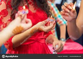она держит свечу в руке хны партии руки и пальцы тянутся к хны