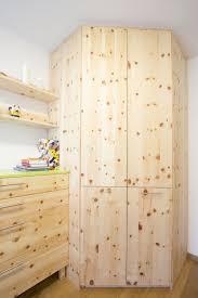 Deckenhoher Einbau Eckschrank Aus Zirbenholz Für Besonders Viel