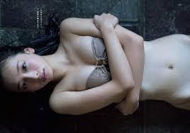 下半身が裸に見える華村あすか