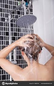 Frau Waschen Den Kopf Und Haar Unter Der Regendusche Von