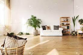 Marvelous Perfektes Wohnzimmer Mit Sofa, Hängematte, Bücherregal, Pflanze,  Parkettboden Standard Bild