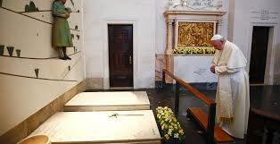 El Papa Francisco ante las tumbas de Francesco y Jacinta