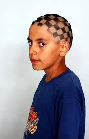 Farklılık oluşturmak adına saçlarını dama şeklinde kestirdiğini belirten Furkan Gündüz'e babası da destek verdi. İlginç saç modeli ile arkadaşlarının ve ... - 12-yasindaki-furkanin-ilginc-sac-modeli-IHA-20110726AY448198-01