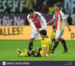 Di Siviglia Julien Escude (L) consente di Dortmund Lucas Barrios (C)  durante la UEFA Europa League gruppo J corrisponde il Borussia Dortmund vs Sevilla  FC al Signal Iduna Park Stadium di Dortmund,