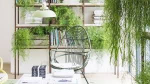 Check out these green happy wall planter decor ideas! 10 Best Indoor Hanging Plants That Thrive In Apartments
