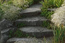 Der bau einer gartentreppe muss gut geplant sein, damit sich die treppe im garten perfekt einfügt. Heimwerker Konnen Treppen Im Garten Selbst Anlegen Mit Etwas Fachwissen Und Planung Derwesten De