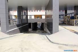 У строителей сахалинского перинатального центра наступает  Здесь 7 входов 22 лифта Строительная площадь 32 600 кв метров длина 107 метров ширина 61 метр Подземный этаж площадью 5 тыс кв метров