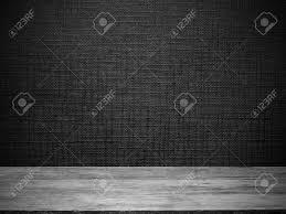 Houten Vloer En Zwart Behang Met Lijn Reliëf Patroon Voor De