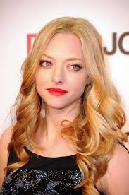 amanda seyfried paired her natural beauty look with ravishing red lipstick