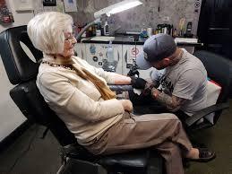 никогда не поздно женщина сделала первое тату в 82 года