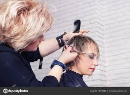 美容室女髪をカット ストック写真 Alterphoto 139713040