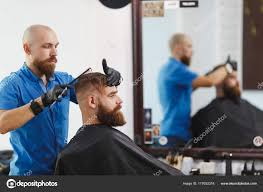 Client Du Coiffeur Professionnel Masculin Servant De Ciseaux