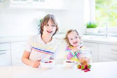 Deux Enfants De Mêmes Parents Ayant Le Fruit Pour Le Jus Potable ... via Relatably.com