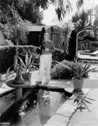 The US-actor William Claude Fields at his goldfish pond in his... Photo  d'actualité - Getty Images