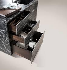 Die Naturstein Kücheninsel im Leather Look mit Ladeneinsätze in