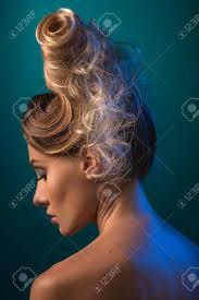 アップヘア流行のスタイルです未来的な髪型を持つ女性 の写真素材
