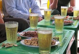 Kết quả hình ảnh cho uống bia hơi Hà Nội