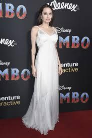 улыбающаяся джоли в роскошном платье с оголенной спиной засветила
