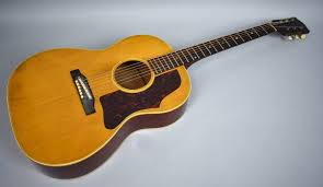 Alat musik melodis adalah alat musik yang bernada, tetapi tidak bisa membentuk accord, contoh : Mengenal Jenis Jenis Tangga Nada Gitar Guratgarut
