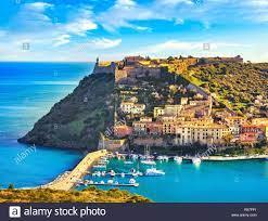 Porto Ercole Dorf und Boote im Hafen in einem Meer der Bucht. Luftaufnahme. Monte  Argentario Maremma Grosseto, Toskana, Italien Stockfotografie - Alamy