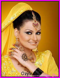 bridle mehndi dress in yellow color and smoking eyes makeup very nice