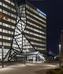 the waterfall running down the facade is made from double laminated insulating glass from oldcastle buildingenvelope held in a steel frame engineered by boston office space charles
