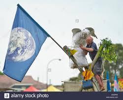 Die Erdengel Und Einen Mann Binden Seile Auf Einem Bambus Stativ