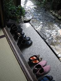 Resultado de imagen para imagenes de japoneses dejando el calzado al entrar a la casa