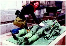 La tombe de Victor Noir au cimeti re du P re Lachaise