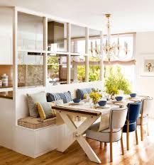 office en blanco con un banco a da y una cristalera que separa con la cocina