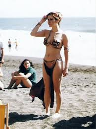 carrie fisher star wars beach. Brilliant Fisher 10 Images Vintage De Carrie Fisher Faisant La Promo Du Retour Jedi En  1983 2Tout2Rien Inside Star Wars Beach E
