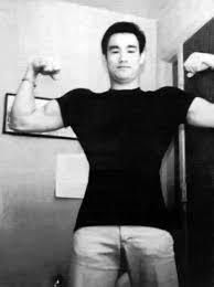 bruce lee bodybuilding flexing