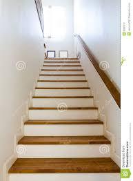 5x handlauf klammern treppen handlauf schutz schiene montieren geländer unterstützung wand halterung edelstahl home dekorationen. Holzerne Treppe Und Handlauf Stockfoto Bild Von Handlauf Treppe 30081372