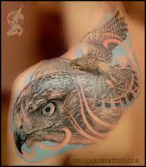 тату птица сокол тату женская на спине с переходом на плечо тату