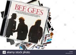 Die Besten der Bee Gees Album auf einem Stapel von CD-Hüllen mit einem  weißen Hintergrund, England Stockfotografie - Alamy