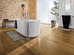 Je nach holzart lassen sie sich ohne schwierigkeiten auf einer fußbodenheizung verwenden, können auf den unterschiedlichsten untergründen verklebt oder. Holzboden Im Bad Mit Haro Parkett Spa