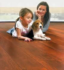 trẻ em cần tránh khí lắp đặt sàn gỗ công nghiệp
