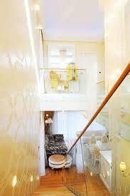 stopnišče ki ga krasijo tapete marburg spodaj plišasti taburet iz italijanske ceree