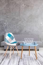 Acetische Stijl Woonkamer Met Grijs Cement Muur Effect Bank Lapwerk Stoel Twee Kopjes Staan Op Een Kleine Tafel