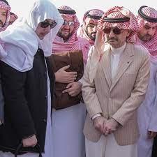الأمير الوليد بن طلال يحمل نعش والدِه ويبكي – صور