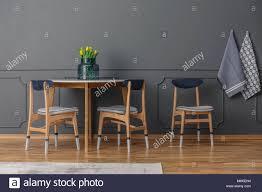 Graue Wand Mit Spritzguss In Einem Esszimmer Mit Tisch Und
