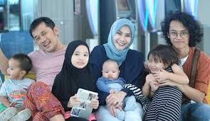 Hasil gambar untuk zaskia adya mecca dan keluarga